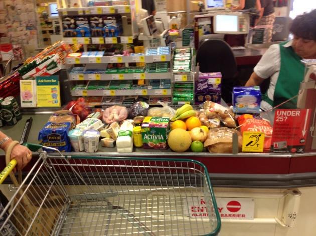 Kassenband im Supermarkt mit Waren